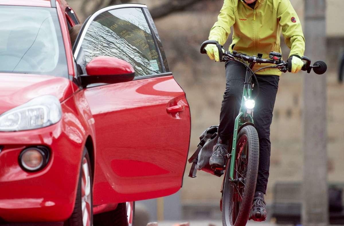 Eine Sekunde der Unachtsamkeit beim Aussteigen bringt Radfahrende in große Gefahr. Foto: dpa/Marijan Murat (Symbolbild)