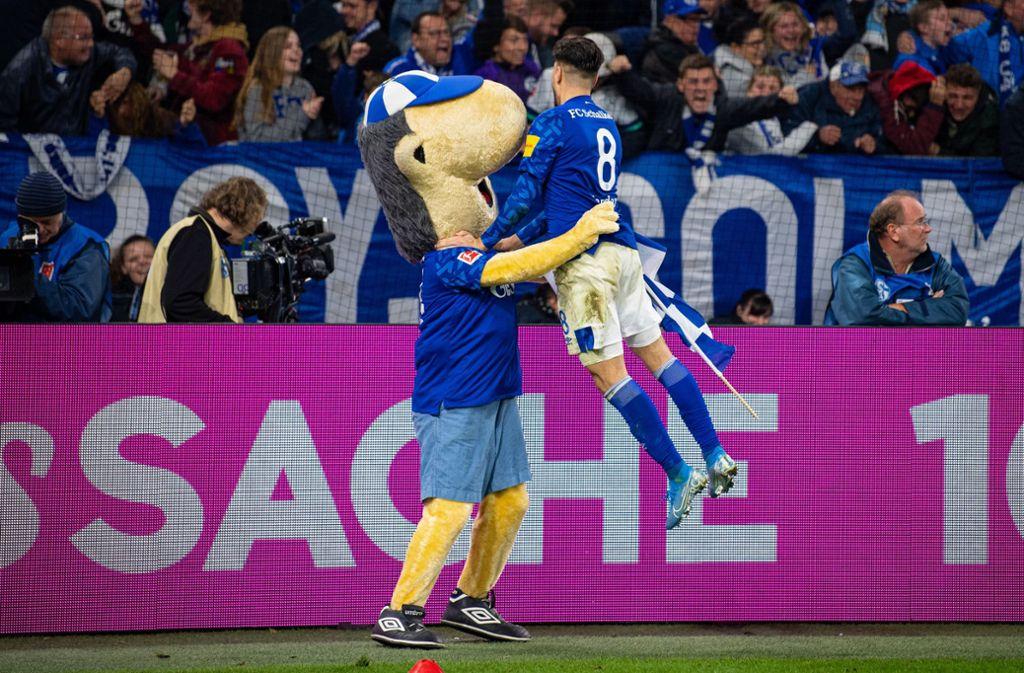 Torschütze Suat Serdar springt bei seinem Torjubel Schalkes Maskottchen Erwin in die Arme. Foto: dpa/Guido Kirchner