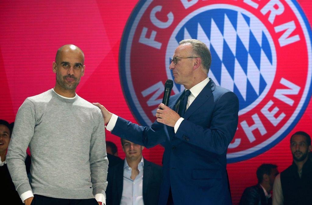 Ein Bild aus früheren Jahren, als Pep Guardiola (links) noch Trainer von Bayern München war. Foto: dpa/Alexander Hassenstein