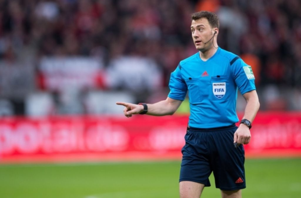 Schiedsrichter Felix Zwayer hat die Partie unterbrochen. Foto: dpa