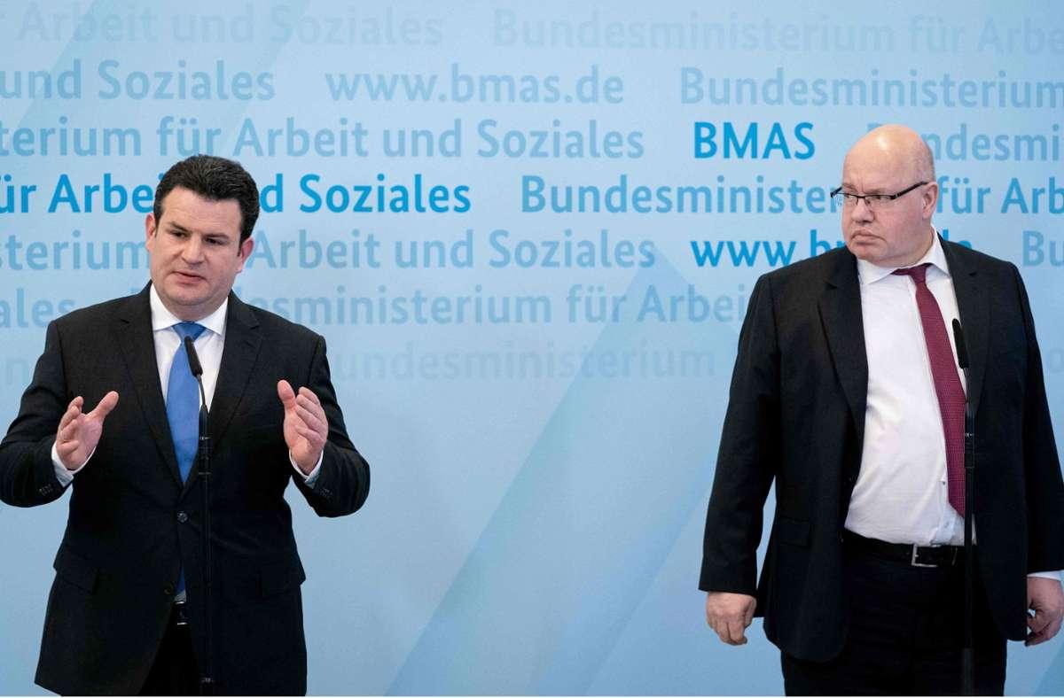 SPD-Arbeitsminister Hubertus Heil (links) mahnt CDU-Wirtschaftsminister Peter Altmaier, die Auszahlung der Corona-Hilfen zu beschleunigen. Foto: AFP/KAY NIETFELD