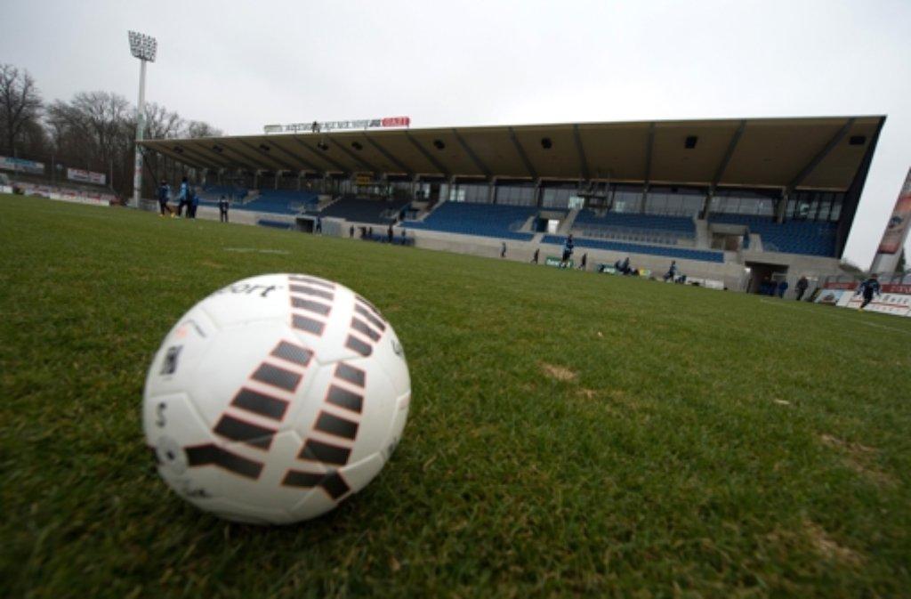Im Gazi-Stadion auf der Waldau rollt der Ball am Mittwoch bei der Partie zwischen der zweiten Mannschaft der Stuttgarter Kickers und dem SSV Reutlingen. Foto: dpa