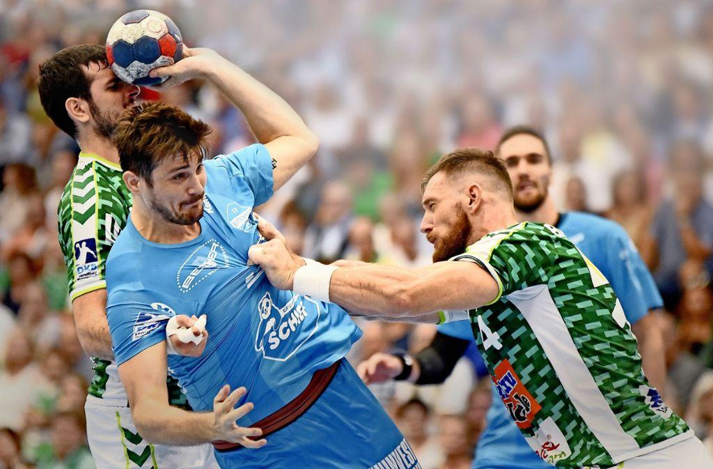 Im Derby geht's  mit viel Leidenschaft zur Sache:  Göppingens Jacob Bagersted verteidigt gegen  Robert Markotic (TVB Stuttgart)  – von diesen Emotionen lebt der Handball in der Region. Foto: Baumann