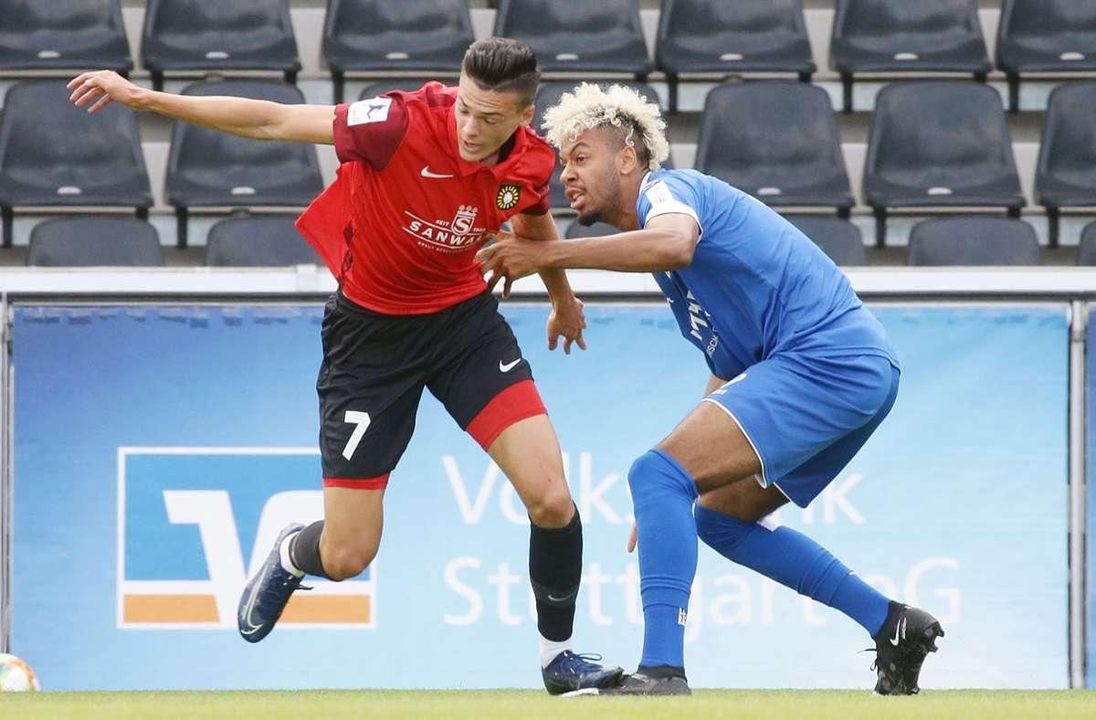 Ruben Reisig von den Kickers stoppt SG-Spieler Marvin Cuni. Foto: Pressefoto Baumann/Hansjürgen Britsch