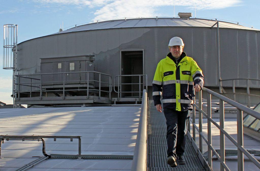 Michael Munz, Werkleiter im Gaswerk, auf dem Dach des Gaskessels in Stuttgart-Ost im Stadtteil Gaisburg. Der Blick in den noch aktiven Gaskessel ist Besuchern sonst nicht erlaubt. Foto: Freundorfer