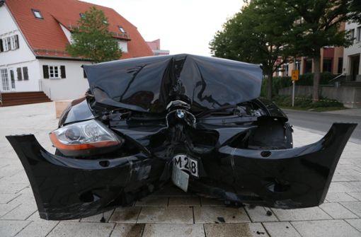 Cabrio rasselt über Treppe – großer Schaden