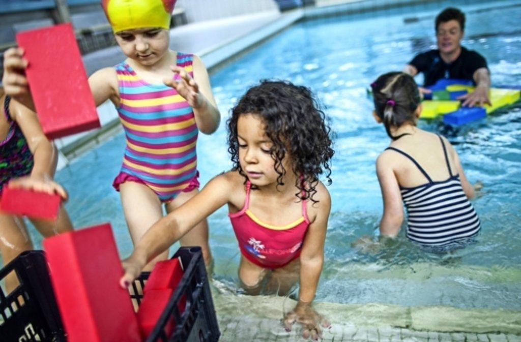 Damit Wasser schon früh zum  vertrauten Element  wird: Renninger SC bietet Kurse für Kindergartenkinder an. Foto: Bartek  Langer