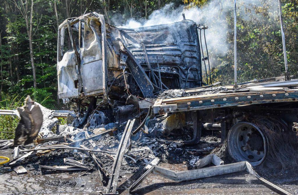 Die Feuerwehr konnte die brennenden Fahrzeuge mittlerweile löschen. Foto: 7aktuell.de/Fabian Geier