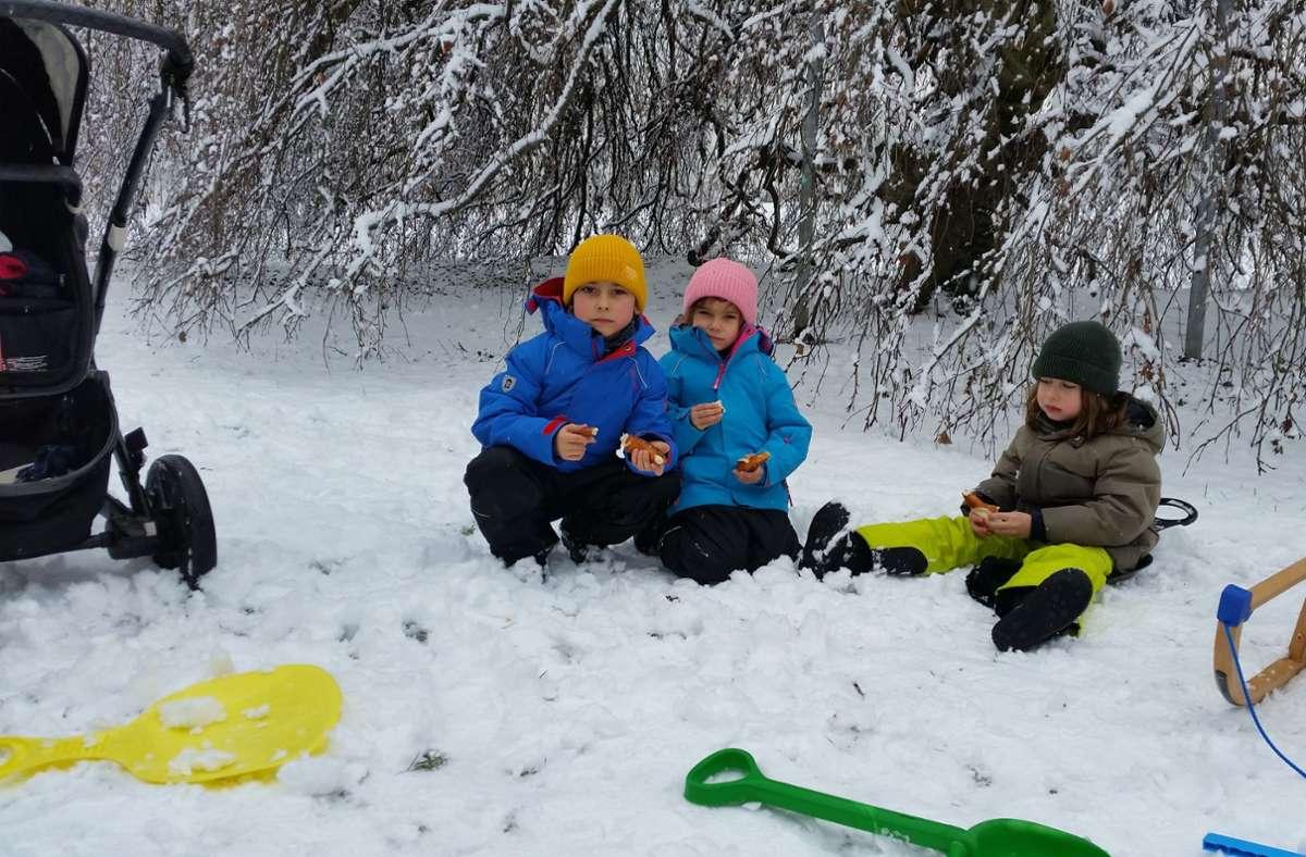 Henry, Emily und Aurelio  picknicken mit ihren Mamas im Schnee. Foto: Eva Funke