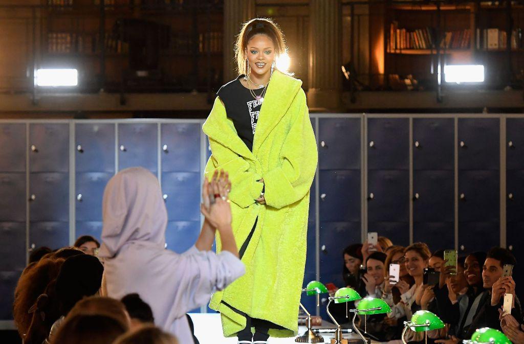 """Rihanna präsentiert ihre neue Kollektion """"Fenty Puma by Rihanna"""" auf der Pariser Fashion Week. Foto: Getty Images Europe"""