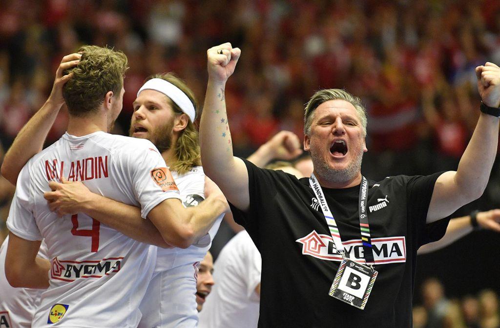 Weltmeister Dänemark ist einer der Topfavoriten auf den EM-Titel: Trainer Nikolaj Jacobsen jubelt mit seinen Spielern Mikkel Hansen und Magnus Landin (v. re.). Foto: dpa/Martin Meissner