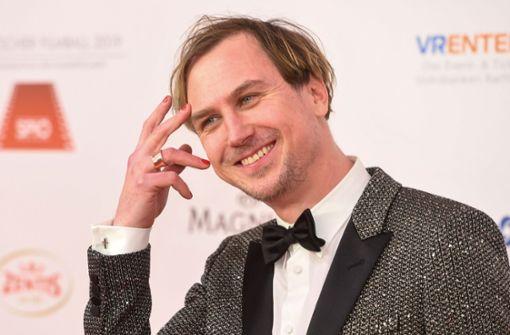 Lars Eidinger hüpft für Musikvideo durch Berlin