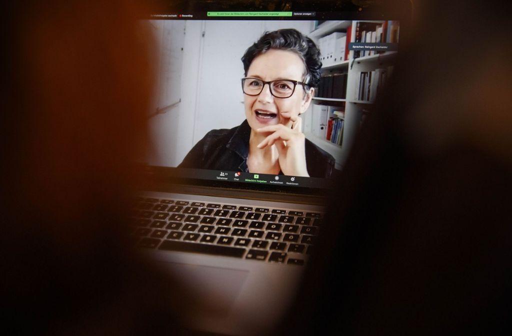 Reingard Gschaider trainiert  das Glücksempfinden per Videochat. Foto: Gottfried Stoppel