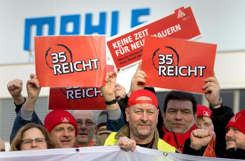Mitglieder der IG Metall demonstrieren Anfang 2018  vor den Werkstoren des Unternehmens Mahle Filtersysteme in Brandenburg für die  35-Stunden-Woche. Foto: dpa/Ralf Hirschberger