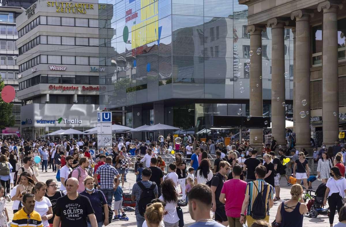 Die volle Königstraße in Stuttgart zeugt von den bereits geltenden Erleichterungern in der Corona-Verordnung. Foto: imago images/Arnulf Hettrich