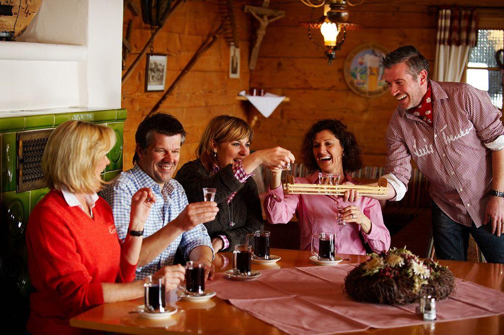 Zum Ausklang eines Wintertages eine zünftige Hütteneinkehr mit Freunden genießen!  Foto: Oberstaufen Tourismus