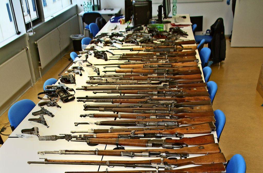 Ein Teil der Waffensammlung nach der Konfiszierung durch die Polizei Foto: Polizei