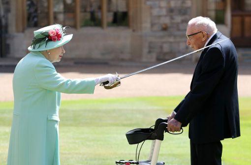 Queen schlägt 100-jährigen Tom  Moore  zum Ritter