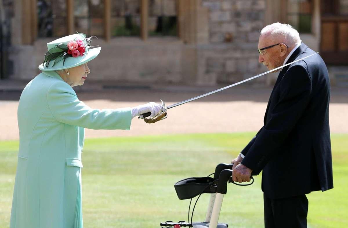 Queen Elizabeth II.  hat am Freitag den Rekord-Spendensammler  Tom Moore zum Ritter geschlagen. Foto: dpa/Chris Jackson
