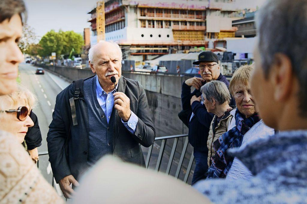 Wieland Backes muss auf dem Tunnelmund der Konrad-Adenauer-Straße die Stimme erheben, um zu seinen Zuhörern durchzudringen. Foto: Lichtgut/Verena Ecker