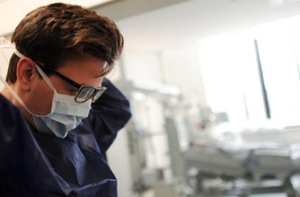 Kaum noch aufrechtzuerhalten: Der Pflegedienst auf der Intensivstation. Foto: dpa