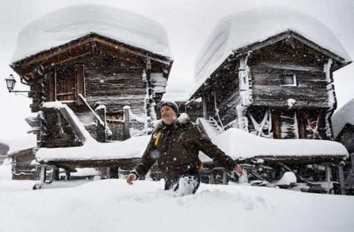 Wintersportler in Österreich und der Schweiz eingeschneit