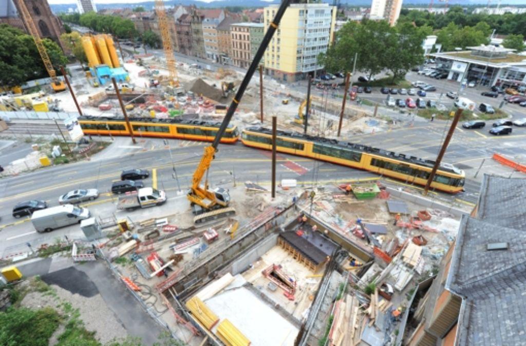 Das Foto vom 28.08.2012 zeigt am Durlacher Tor in Karlsruhe eine Baustelle zur sogenannten Kombilösung. Nach der gescheiterten Rettung des österreichischen Baukonzerns Alpine sorgen sich die Karlsruher um ihr Tunnelbauprojekt Kombilösung. Foto: dpa
