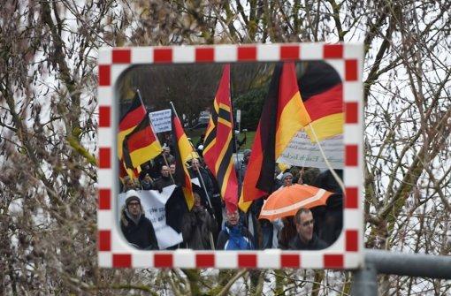 """Der Demonstrationszug des islam- und flüchtlingsfeindlichen Pegida-Ablegers """"Karlsruhe wehrt sich"""" gegen den Südwestrundfunk (SWR)  protestierte am Samstag in Mainz. Foto: dpa"""