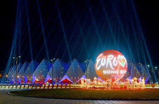 Die Fassade der Konzerthalle zieren 45 000 Kristalle, die abends in unterschiedlichen Farben Licht verströmen. Foto: dapd