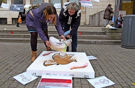 Der illegale Teil des Protests: Tierschützer schütten Taubenfutter aus. Foto: red