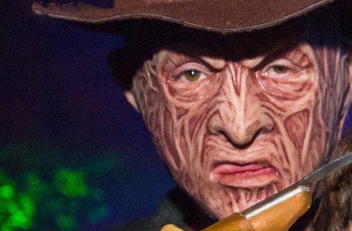 Mann in Freddy-Krueger-Kostüm schießt um sich