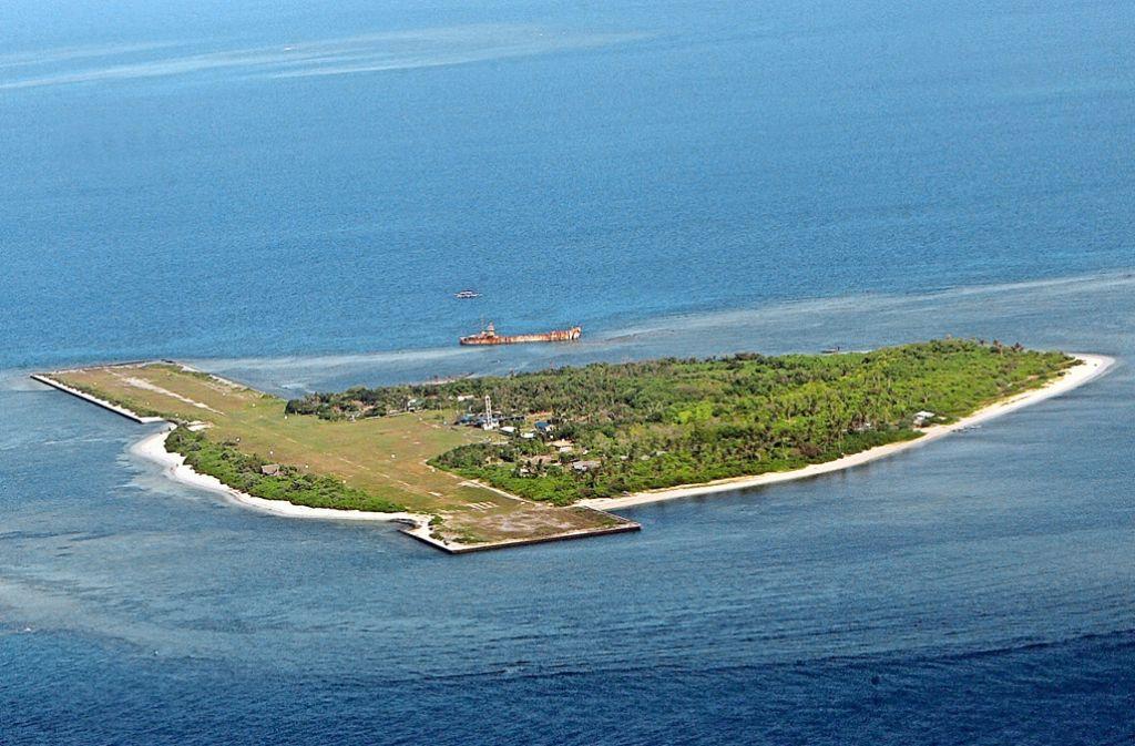 Aufgeschüttet und mit  Landebahn  präsentiert sich eine der Spratly-Inseln. Foto: dpa