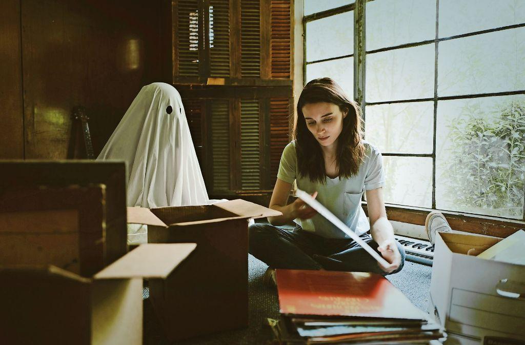 Casey Affleck als Gespenst, Rooney Mara als Wittwe, die das gemeinsame Haus räumt Foto: Verleih