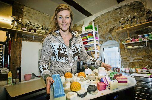 Erika Hock fertigt auf dem Eulenhof Seifen in vielen Größen und Farben. Foto: Ines Rudel