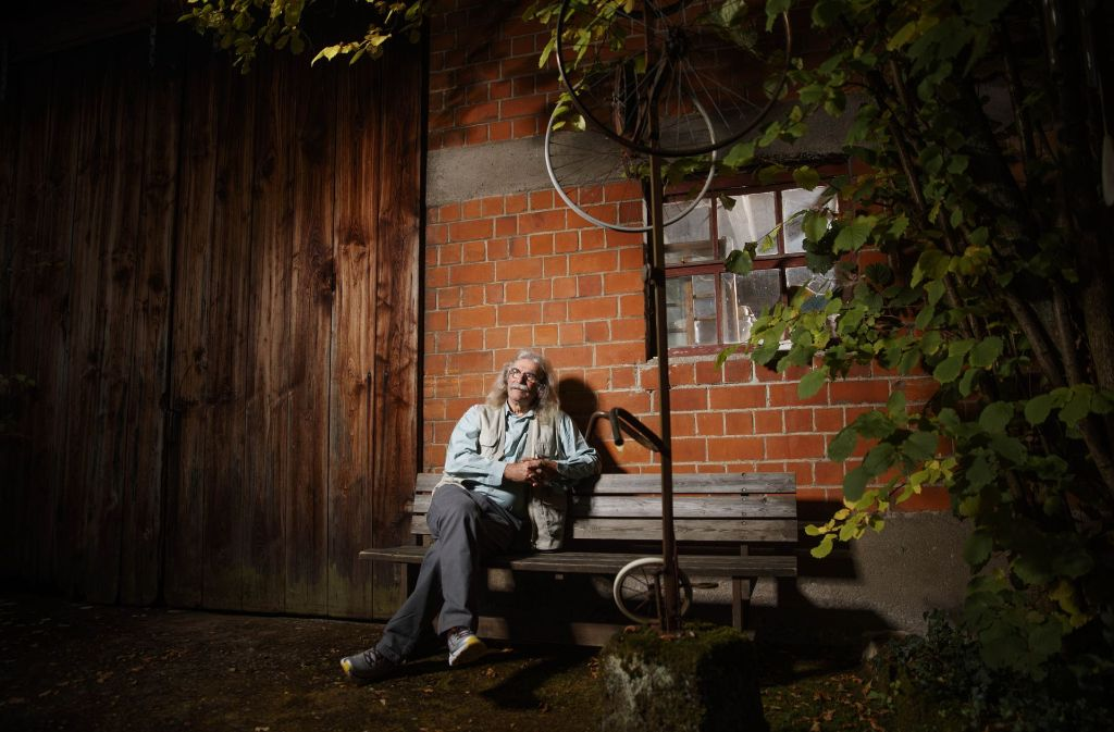 Bernd Hecktor vor seiner Kulturscheune in der Forststraße in Weissach Foto: Gottfried Stoppel