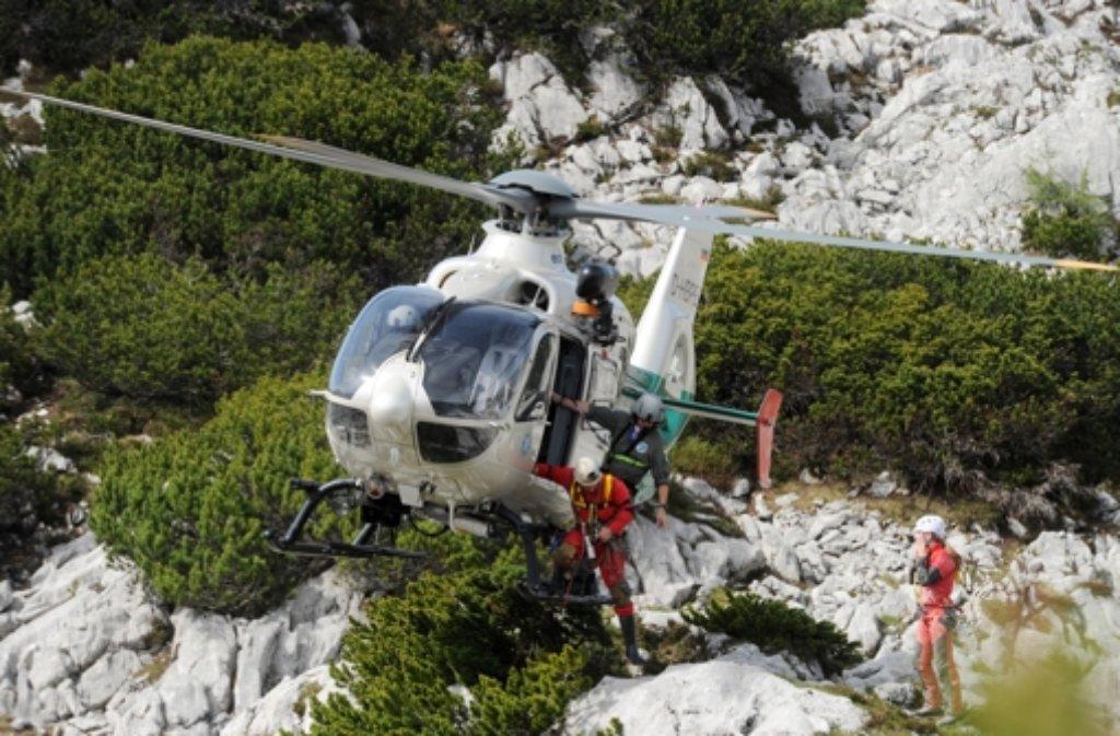 Mit Hubschraubern werden immer mehr Helfer an die Riesending-Schachthöhle gebracht. Foto: dpa