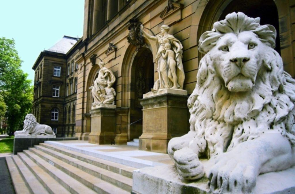 Die Löwen vor dem  Ulmer Landgericht sind als Wachen nicht mehr gut genug – wie vielerorts. Foto: Bäßler