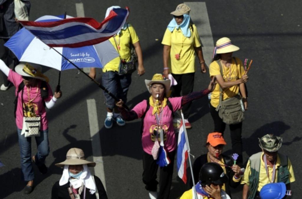 Am Donnerstag hat der tief verehrte thailändische König Bhumibol Geburtstag. Das bedeuetet dann auch für die Regierungsgegener: Pause machen. Doch danach wollen sie ihre Proteste fortsetzen.   Foto: dpa