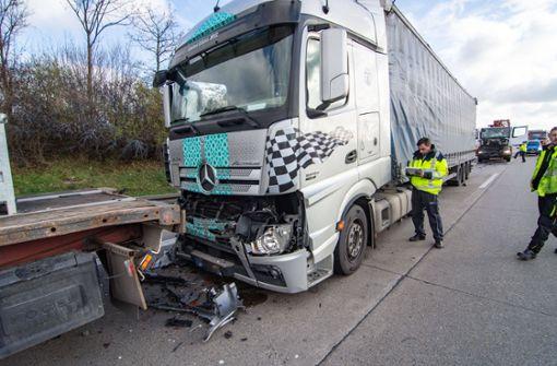 Unfall mit vier Sattelzügen