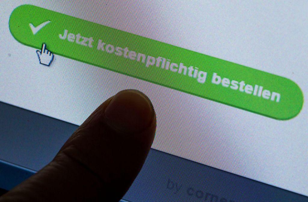 Wenn online bestellte Sachen zurückgeschickt werden, landen sie oft im Müll – weil das billiger ist (Symbolbild). Foto: dpa/Jens Büttner
