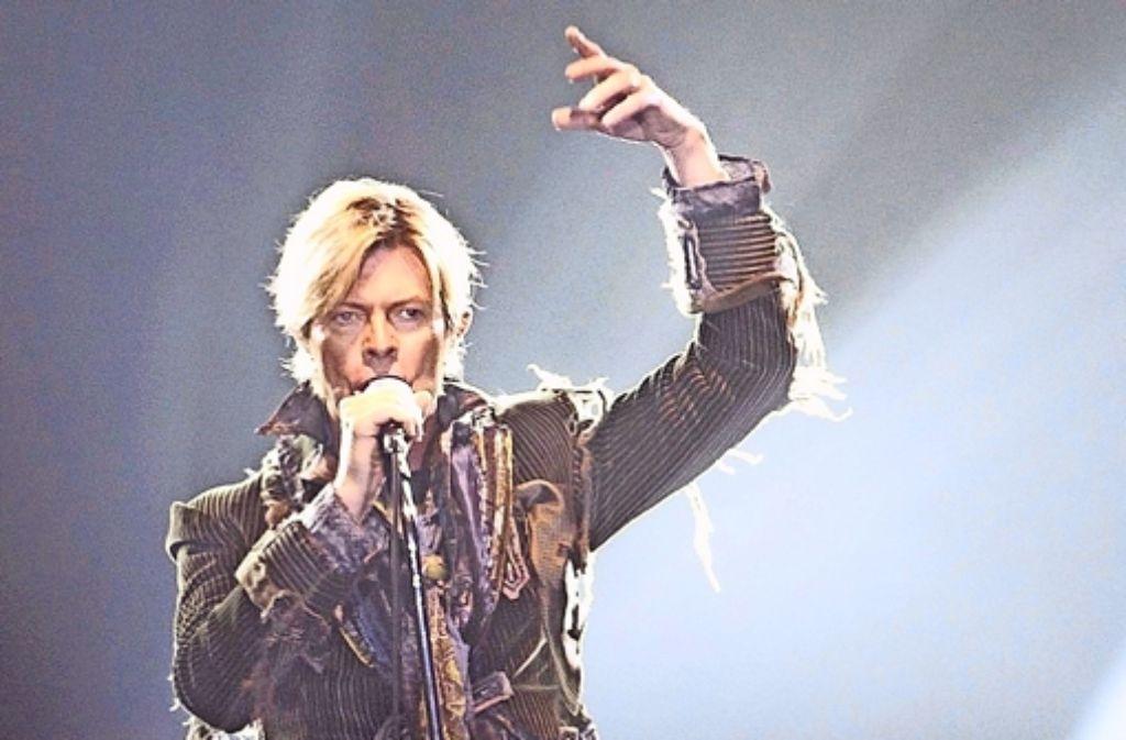 Wandelbar wie kaum einer und äußerst produktiv:  David Bowie erfand sich als Musiker immer wieder neu – hier bei einem Konzert in  Prag 2004. Foto: