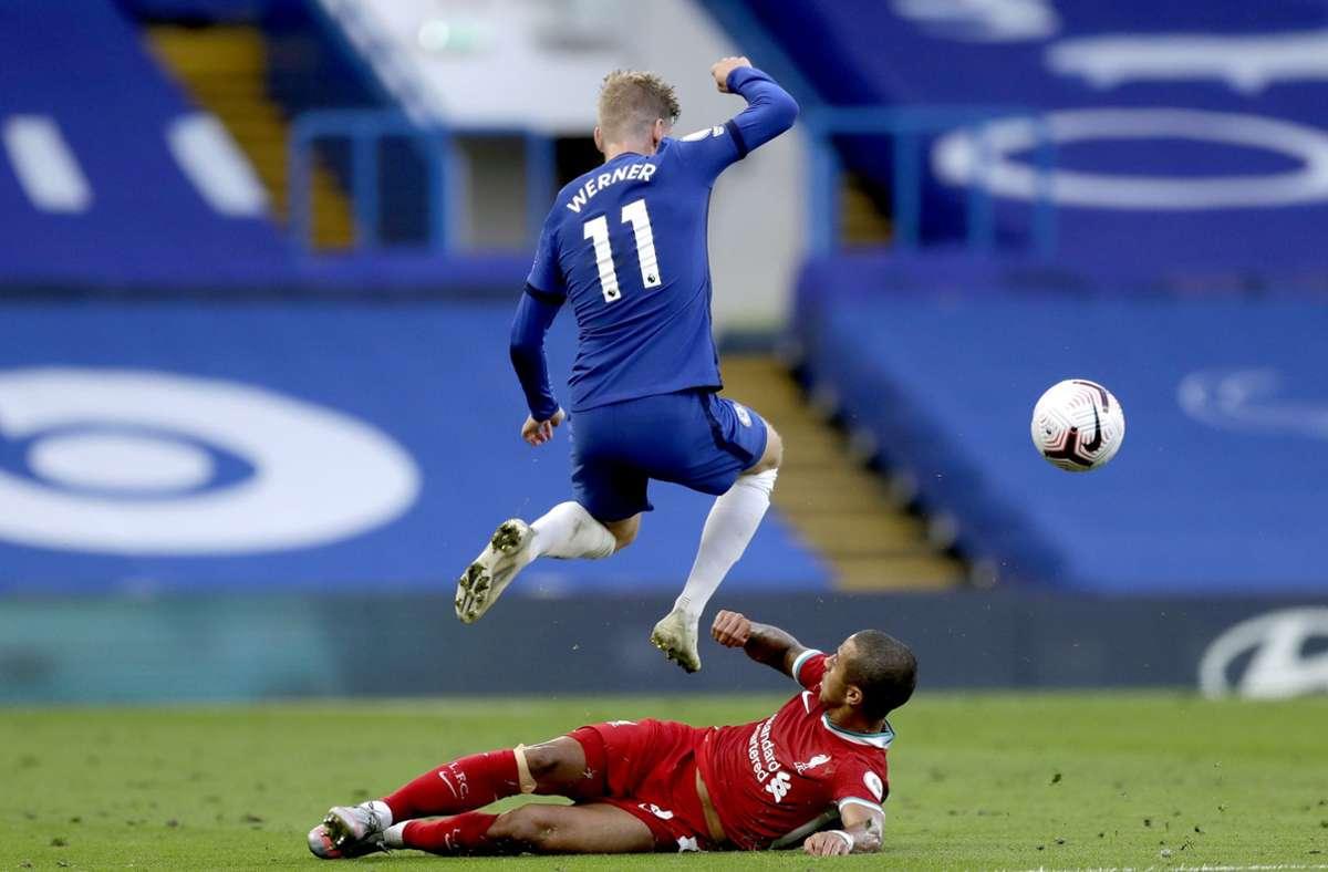 Timo Werner überspringt Thiago – zum Sieg gegen Liverpool reicht es aber nicht. Foto: dpa/Matt Dunham