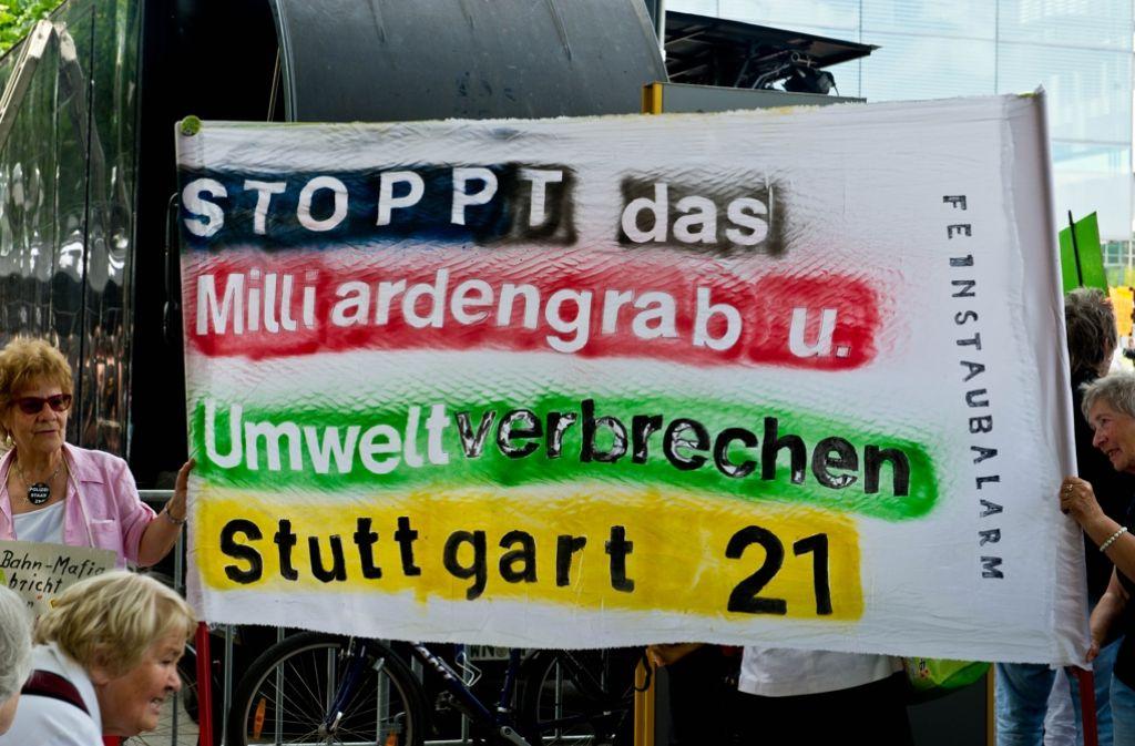Auf dem Schlossplatz demonstrieren S21-Gegner für einen Stopp der Bauarbeiten. Foto: Lichtgut/Volker Hoschek