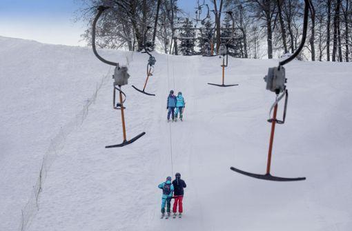Auf Skiern in den Sonnenaufgang