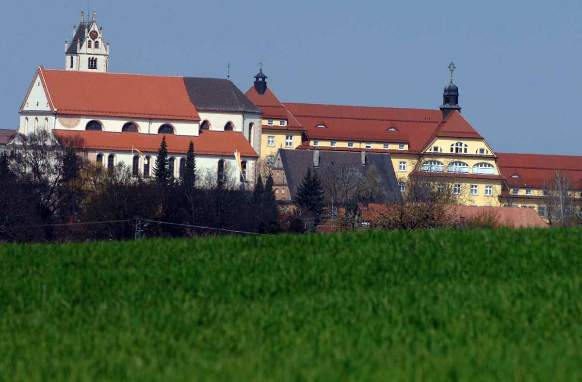 In der räumlich vom Kloster getrennten Pflegeeinrichtung haben sich 38 Bewohnerinnen und 10 Mitarbeiter mit dem Coronavirus infiziert. Foto: dpa/A3419 Stefan Puchner