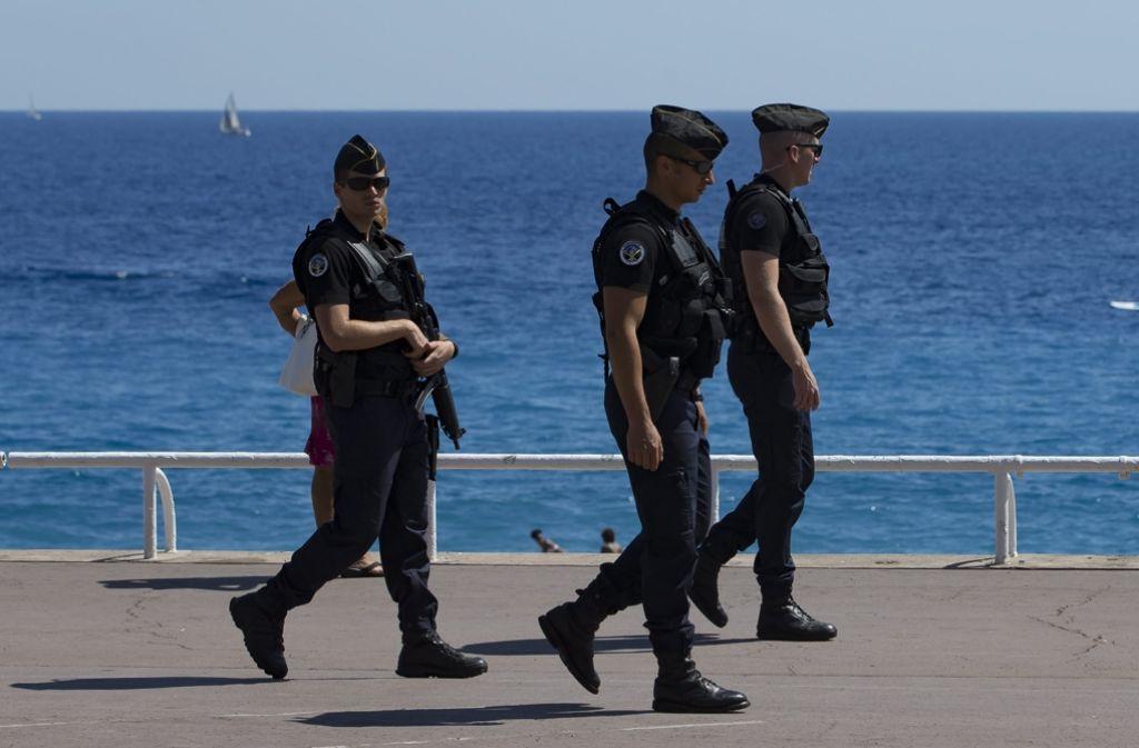 Polizisten patrouillieren an der Promenade des Anglais in Nizza. Foto: dpa