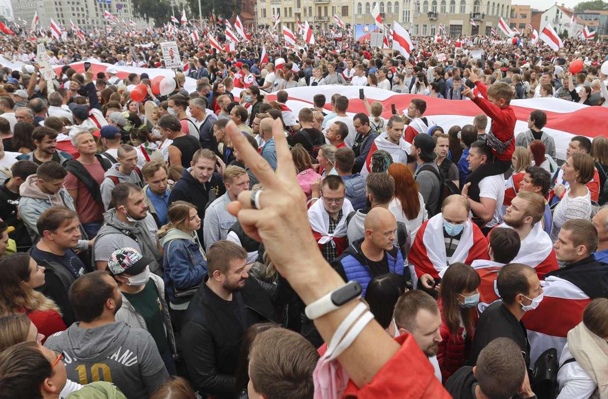 Nach der Großdemo am Sonntag sind drei führende Oppositionsaktivisten festgenommen worden. Foto: dpa/Sergei Grits