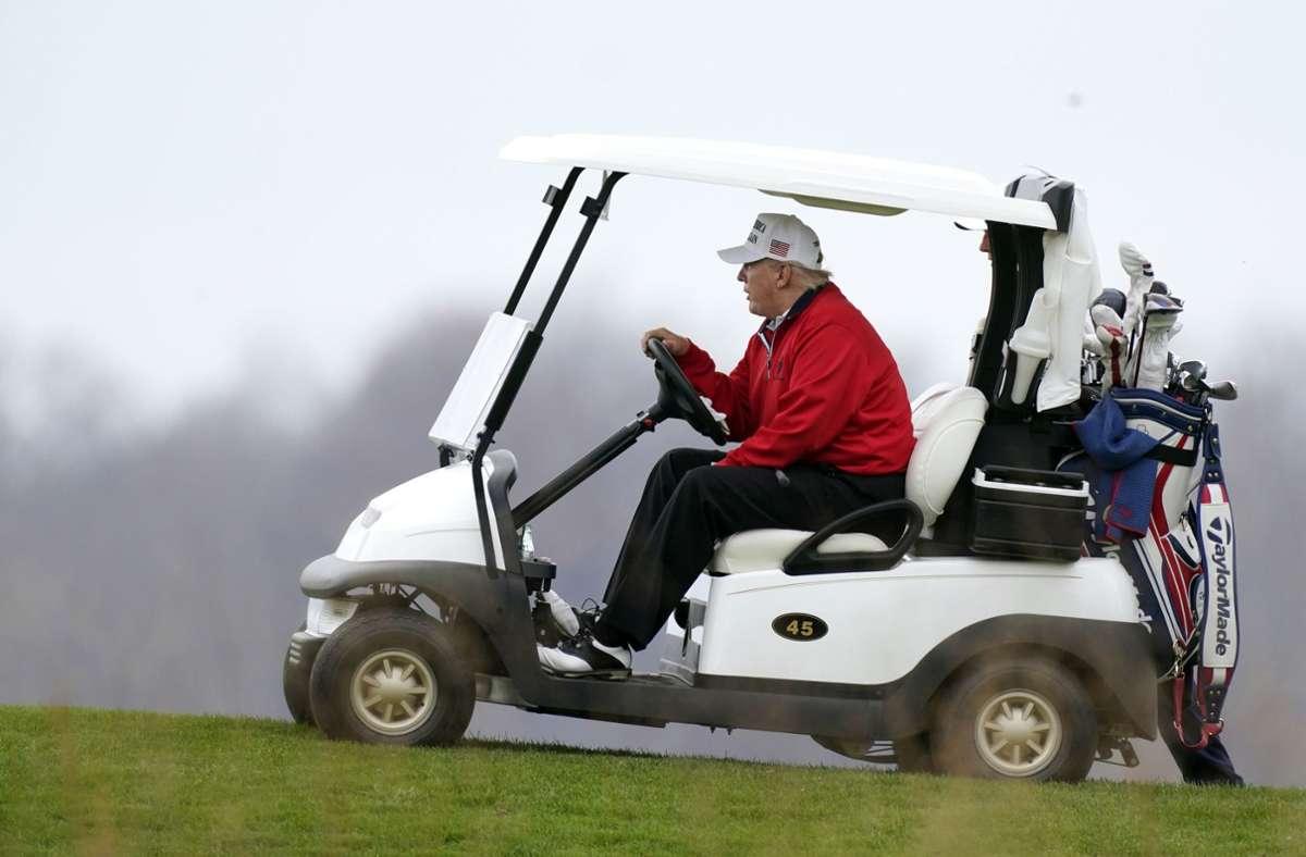 Fotos zeigten Trump  in einem roten Blouson und einer weißen Kappe beim Golfen. Foto: AP/Manuel Balce Ceneta