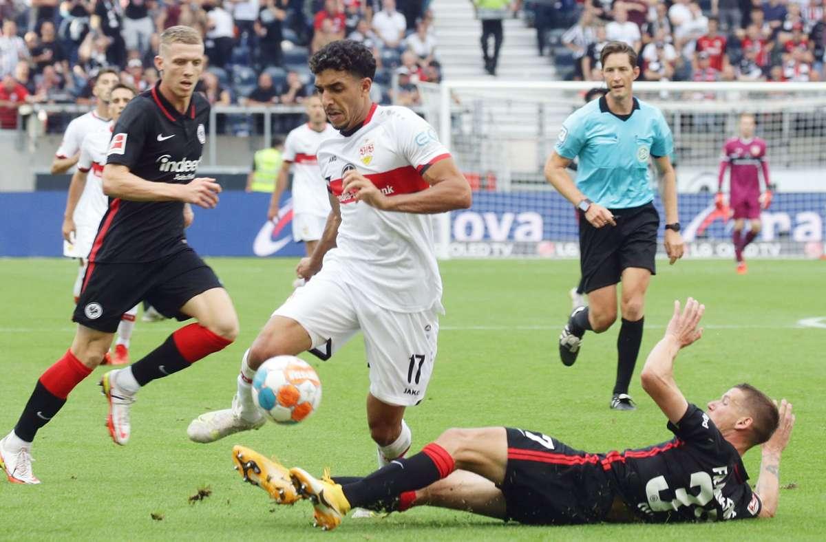 Der VfB-Neuzugang  Omar Marmoush (Mi.) setzt sich gegen den Frankfurter Erik Durm (am Boden) durch. Foto: Baumann