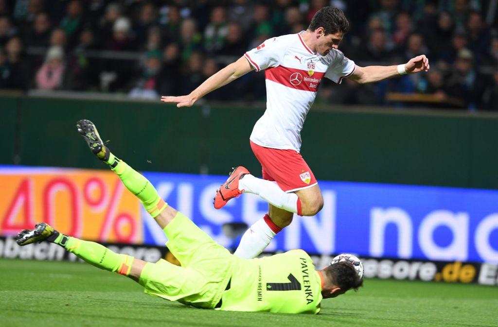 Die erste von zwei vergebenen Großchancen: Mario Gomez vom VfB Stuttgart Foto: dpa